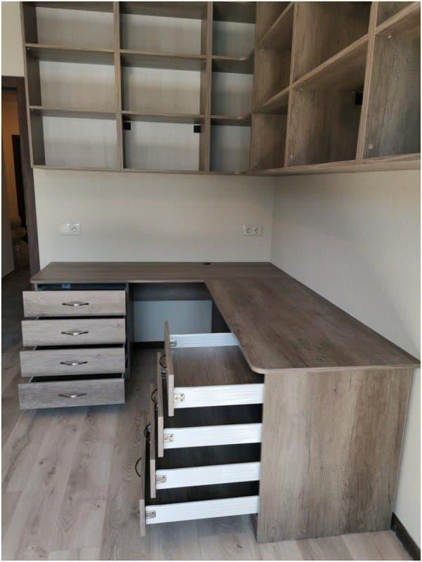 Рабочая зона стол и навесные шкафы в комнате