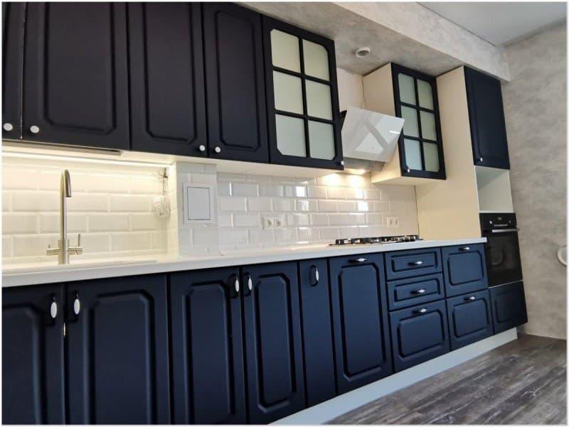 Кухня синего цвета в стиле неоклассика
